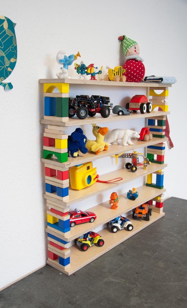 Kinderzimmerr-Regal aus Bauklötzen