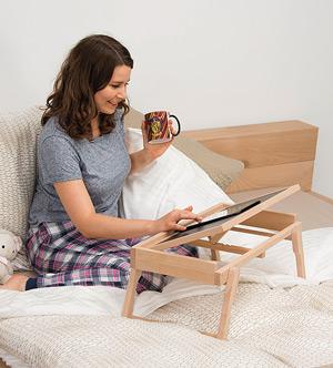Tablet auf dem Betttablett
