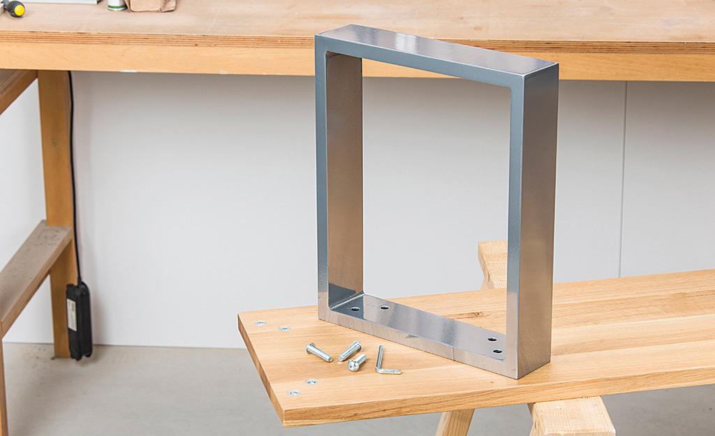 Esstisch mit Bank: Metallfuß