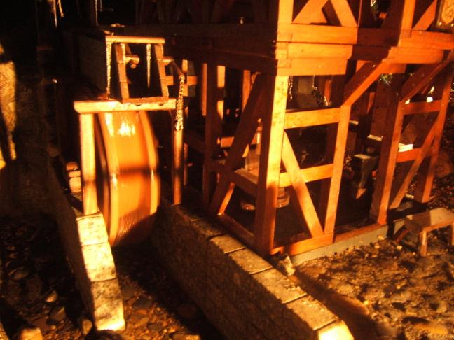 Modell einer Hammerschmiede / Schmiede mit oberschlächtigem Wasserrad