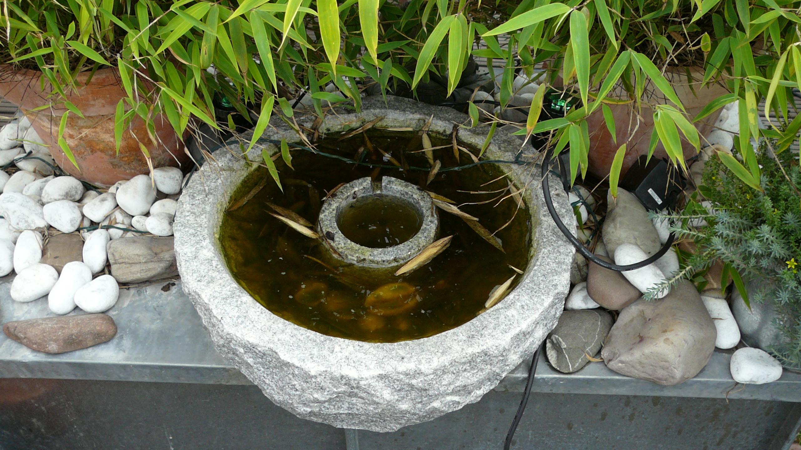 Ein Natursteinbrunnen auf der Terrasse