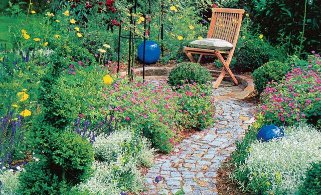 Moderner Weg im Garten in Symmetrie