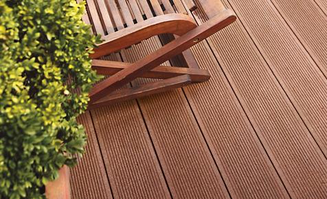 Lupe Pflege von WPC-Terrassendielen