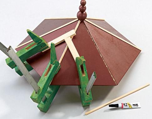 Vogelfutterhaus - Dach & Geländer bauen: Schritt 6 von 12