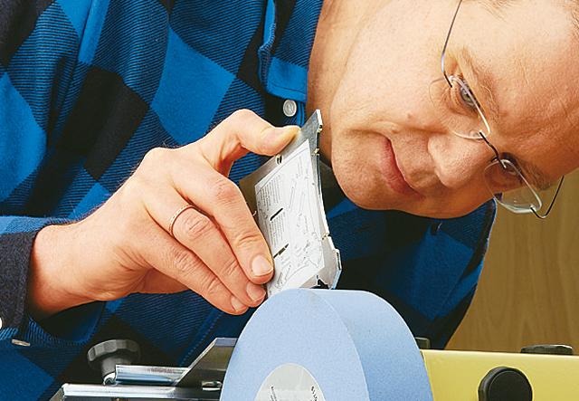 Praxis-Tipp: Holzhobelmesser richtig schleifen - Schritt 2 von 4