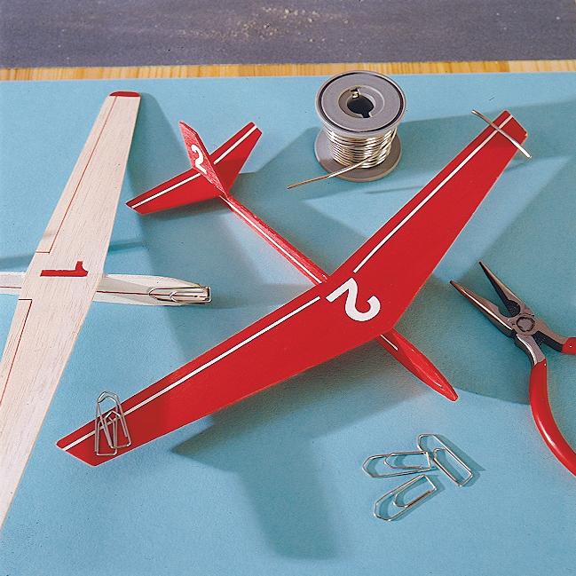 flieger bauen aus papier anleitung schnittigen papier flieger basteln basteln gestalten. Black Bedroom Furniture Sets. Home Design Ideas
