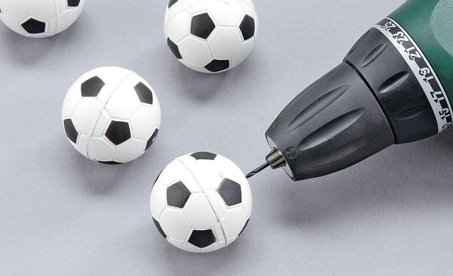Fußball anbohren / Tischbein