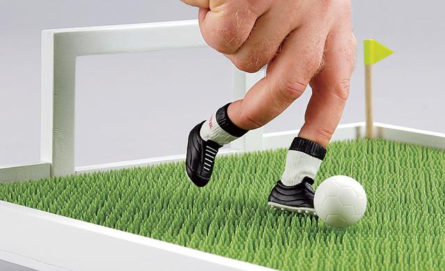 Anstoß auf dem Fußball-Tablett