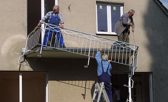 Balkonbrüstung montieren