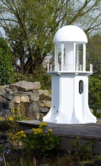 Garten-Leuchtturm lackieren