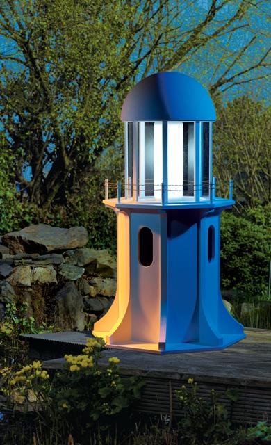 Garten-Leuchtturm bei Nacht