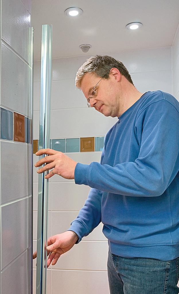 Gläserne Duschtür einbauen