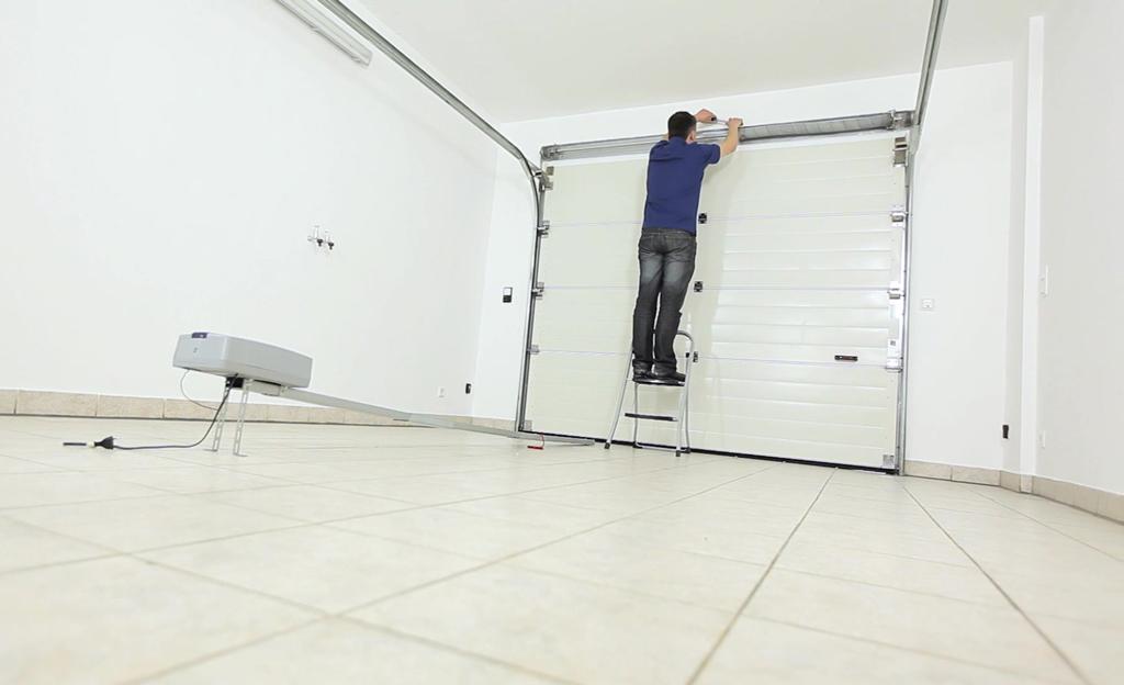 Garagentor-Antrieb montieren