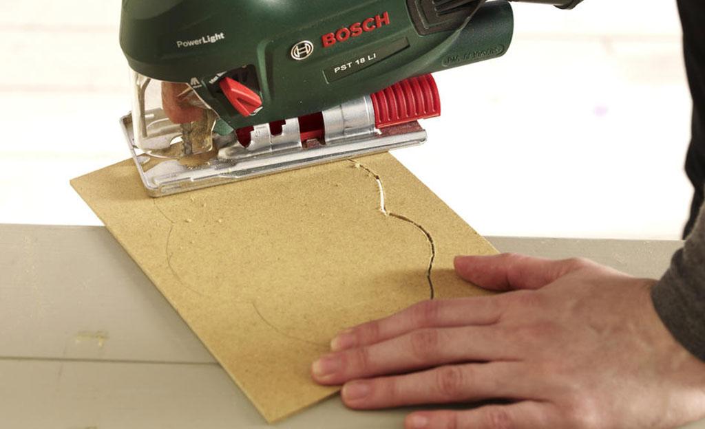 BastelideeIn die mit Papier beklebte Wolke ein Loch zum Aufhängen bohren. (Bosch