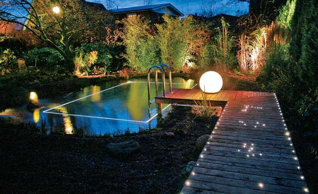 Beleuchteter Steg und Gartenteich