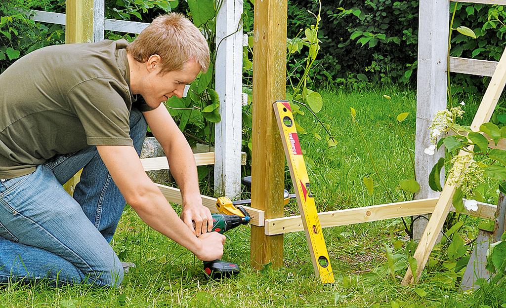 Zaun: Spalier als Gartentor bauen
