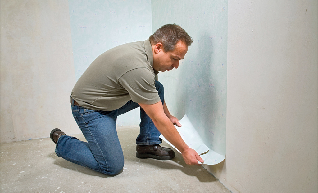 Wand tapezieren und streichen