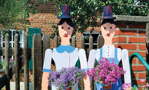 Gartendeko: Bunte Holzfiguren