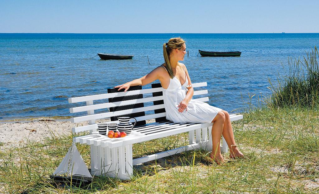 Sitzbank im schwarz-weiß Stil