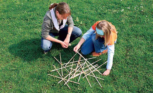 Outdoorspiel: Mikado bauen