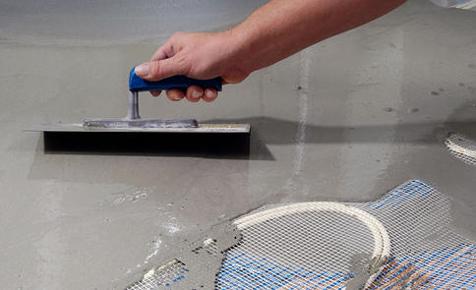 Die Fußbodenheizung: Ausbringen der Ausgleichsmasse