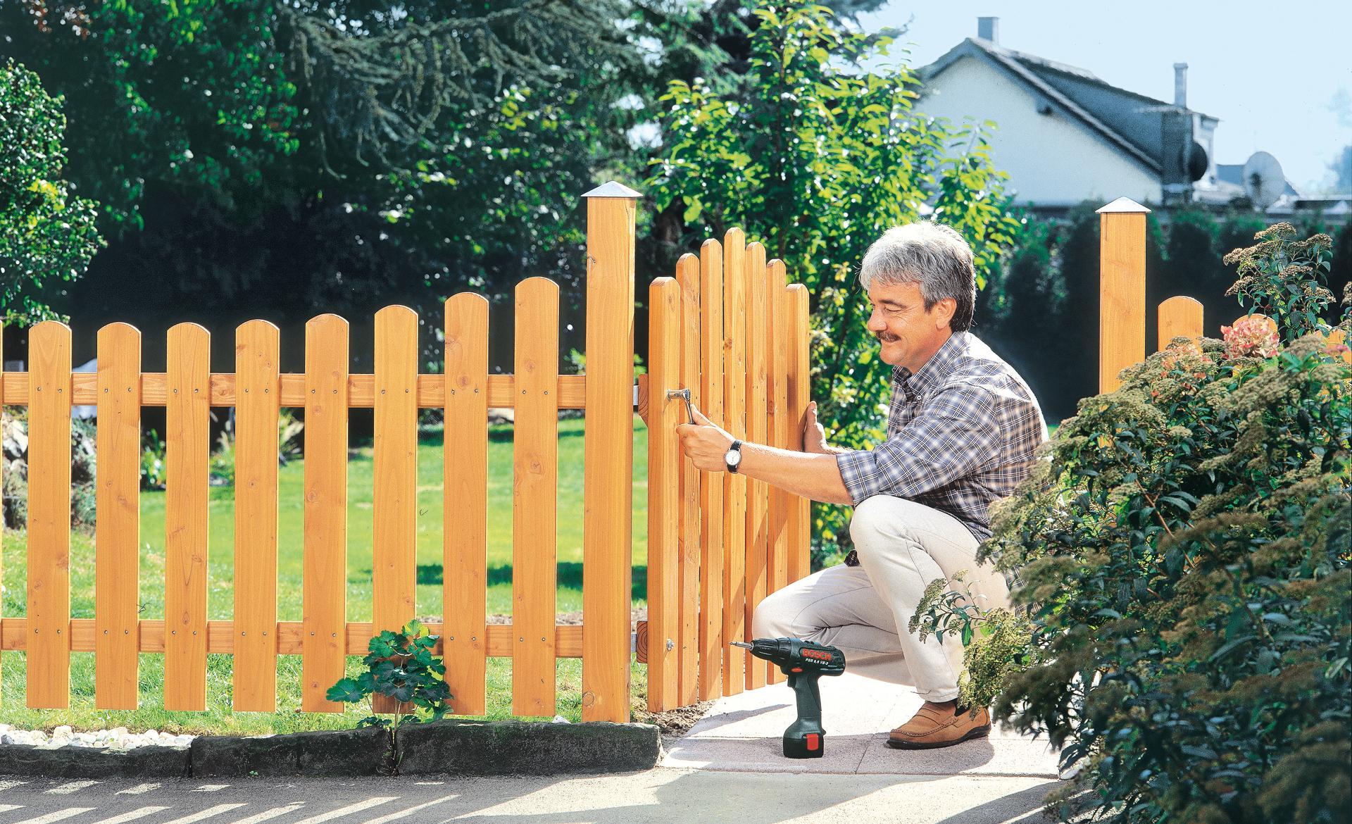 Lattenzaun mit Gartentor