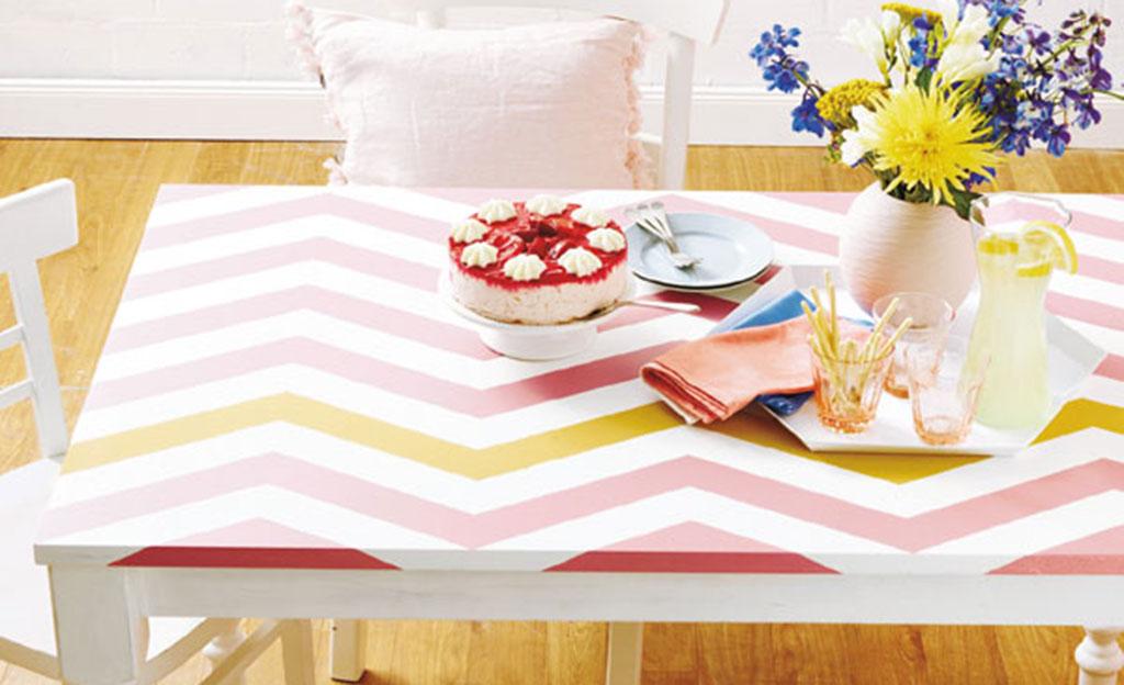 Tisch mit Zickzack-Muster