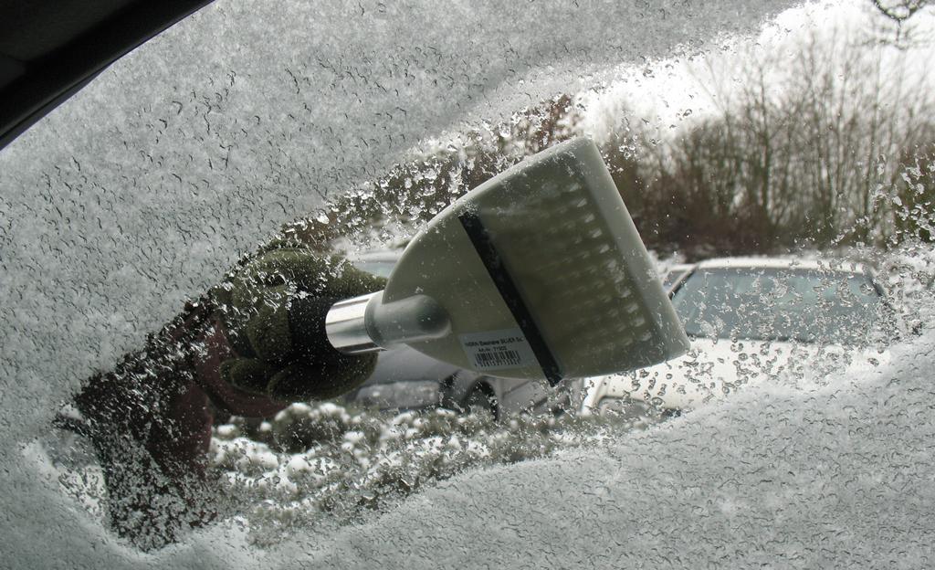 Windschutzscheibe enteisen: Eiskratzen