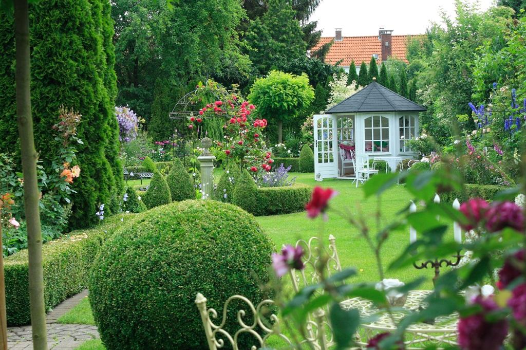 Ungezogenes Paar Im Garten