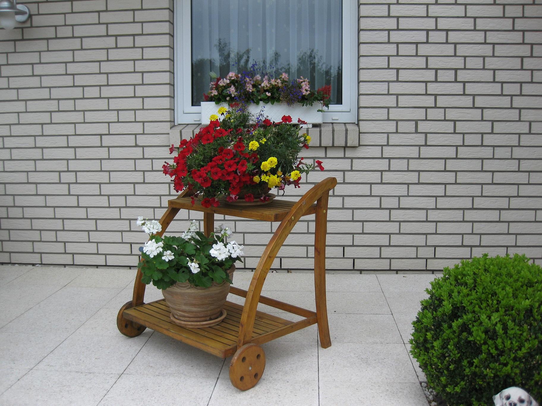 Blumenständer im Design eines Servierwagen