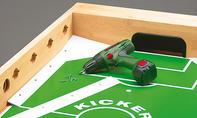 Kickertisch: Spielfeldecken verschrauben