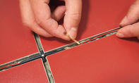 LED Kabel in Kleber drücken