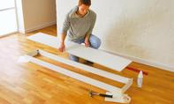 Schrank mit Vitrine: Bodenplatte aufsetzen