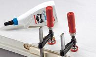 Schreibtisch: Holz in Aussparung leimen
