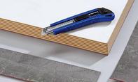 Schreibtisch: Materialüberstände entfernen