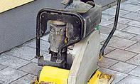 Pflasterfläche mit Rüttelmaschine verfestigen