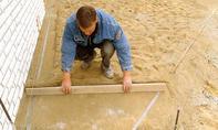 Sand über Lehren abziehen