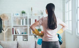 Frau bewundert aufgeräumtes Zimmer