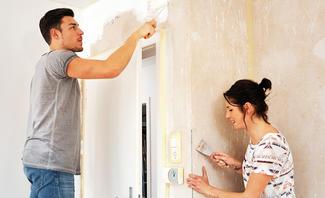 Mann und Frau beim Heimwerken