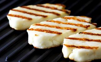 Grillkäse ist die perfekte vegetarische Alternative beim Grillen.