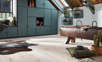 Heller Echtholzboden bringt dunkle Accessoires besonders gut zur Geltung.