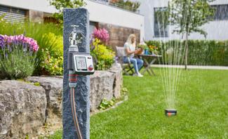 Im smarten Garten wird nur dann gegossen, wenn es wirklich notwendig ist. Dabei helfen Komponenten wie Bodenfeuchtesensoren und eine Bewässerungssteuerung.