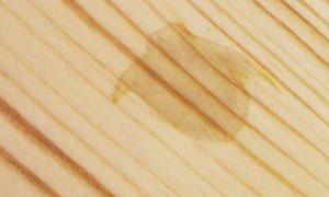 Flecken auf Holz entfernen