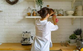 Frau räumt Küche auf