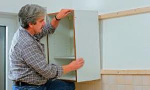 Küchenschrank befestigen