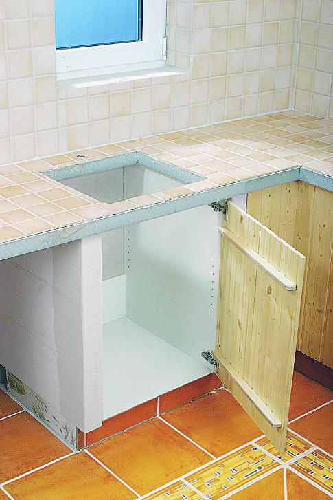 Der Spülenschrank Hat System 32 Lochreihen, Um Den Boden Verstellen Zu  Können.
