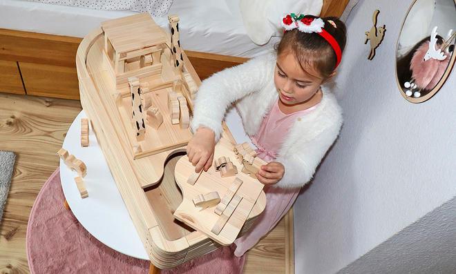 Mädchen spielt mit Arche Noah