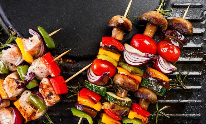 Gemüsespieße mit Auberginen, Zucchini, Paprika, Tomaten und Pilze