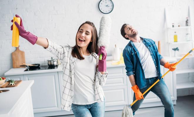 Glückliches Paar beim Aufräumen