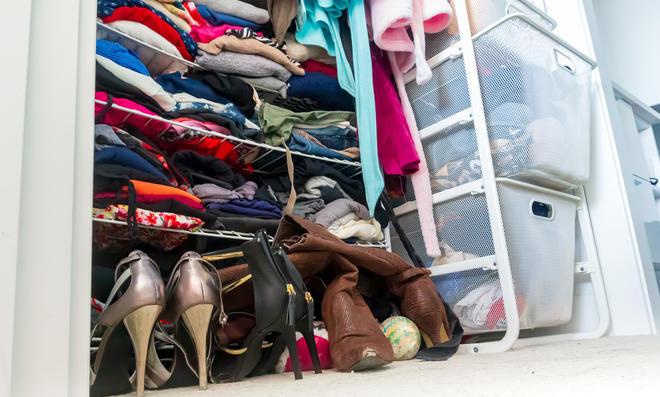 Unaufgeräumter Kleiderschrank